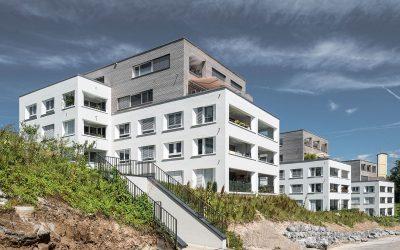 Moderner Städtebau mit Alpenpanorama